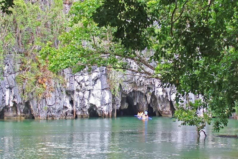 Boot fährt in den Underground River auf Palawan.