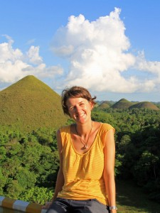Frau vor Chocolate Hills auf Bohol