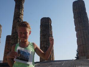 Kind vor den Ruinen von Delphi