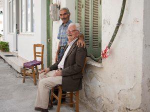 Männer vor Haus auf Kreta