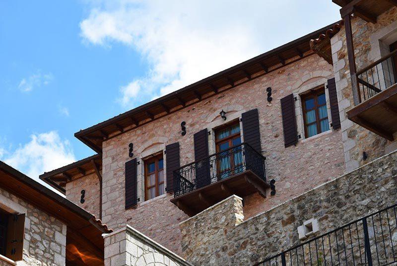 Warum nach Griechenland reisen? Hotel in Dimitsana von außen
