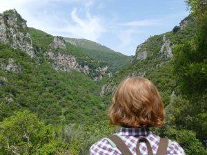 Frau in der Natur in der Nähe von Dimitsana