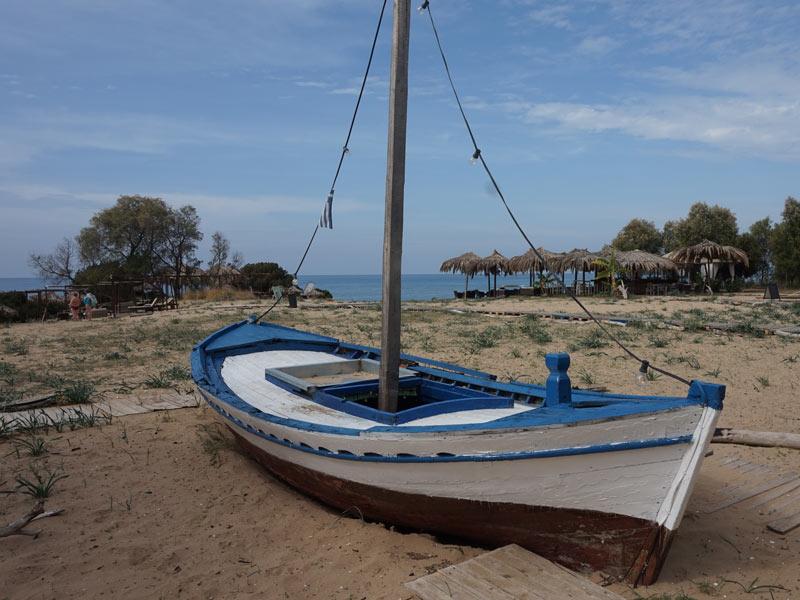 Peloponnes - Boot am Strand bei Gialova