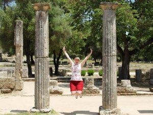 Frau vor den Ruinen in Olympia