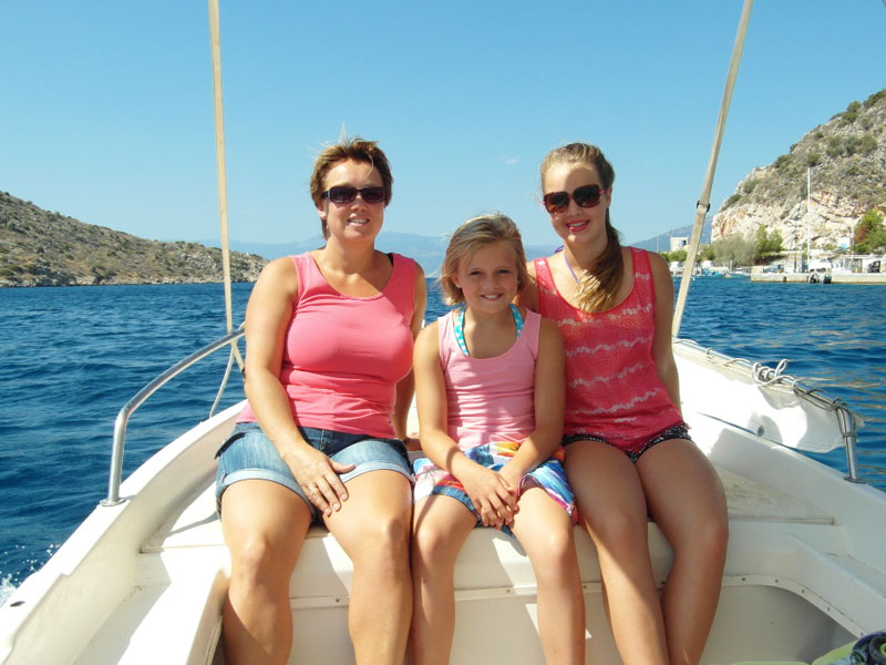 Familie in Boot in der Nähe von Tolo