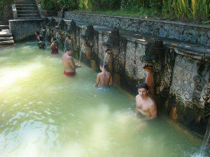 Reisender in den Hot Springs von Bajar bei Lovina - Highlights von Java und Bali