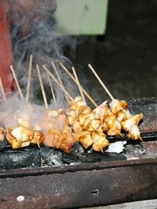 Saté Spieße auf einem Grill