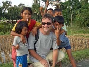 Reisender mit einheimischen Kindern in Ubud