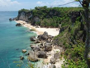 Steilküste mit Strand in Belangan - Java, Bali und Sumatra