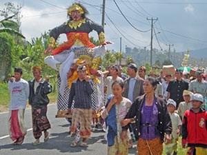 Ein Festzug bei einer Zeremonie auf der Straße vor Lovina