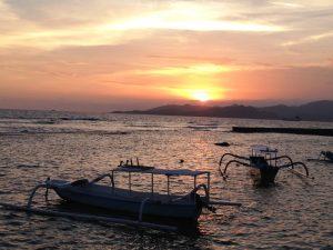 Sonnenuntergang über dem Meer bei Candidasa auf Bali.