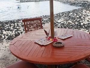 Tisch von einem Restaurant an der Küste Candidasas