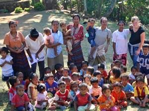 Kindergruppe auf Flores.