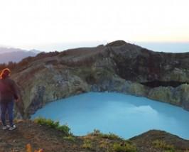 Reisende genießt den Sonnenaufgang über dem Kelimutu Vulkan