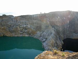 Zwei der drei farbigen See am Kelimutu Vulkan