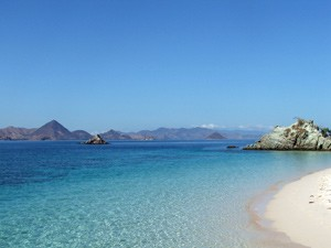 Blaues Meer am Strand von Labuhan Bajo.