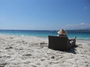 Reisender am Strand auf Gili Meno