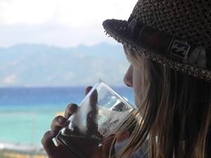 Reisende genießt ein Erfrischungsgetränk auf Gili Trawangan
