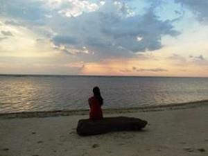 Reisende genießt den Sonnenuntergang auf Gili Trawangan