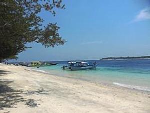 Boot am hellen Strand von Gili Trawangan
