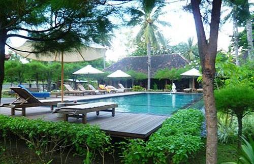 Grüne Gartenanlage samt Swimmingpool