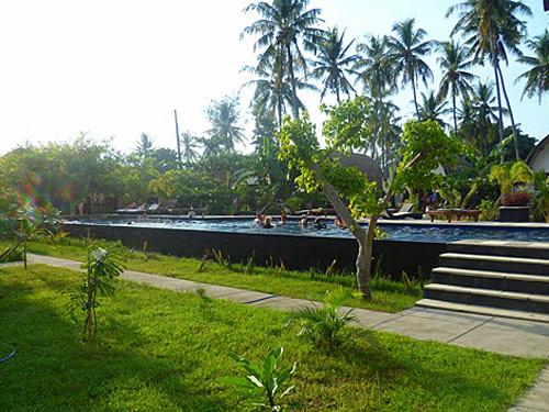 Swimmingpool im grünen Garten auf Gili Air