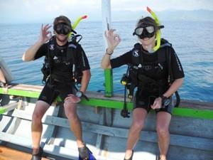 Taucher auf dem Boot vor Gili Air