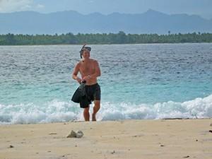 Reisender kommt aus dem klaren Meer