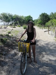 Reisende mit dem Fahrrad auf Gili Trawangan