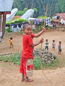 Kind im Dorf der Toraja auf Sulawesi