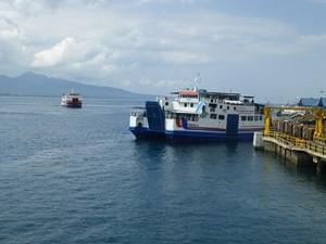 Fähre am Meer vor Java
