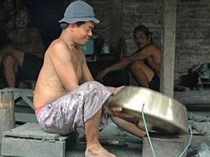 Ein Javanese bei der Arbeit in der Gong-Werkstatt.