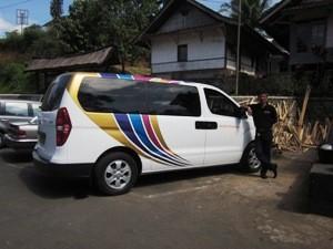 Transferauto mit javanesischem Fahrer.