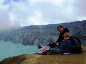 Reisende mit Kind auf dem Ijen Vulkan.