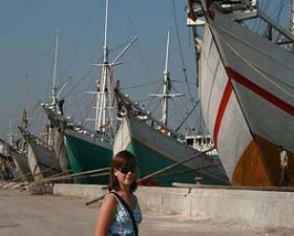 Frau im alten Hafen von Jakarta.