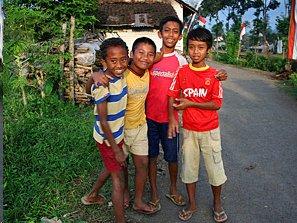 Einheimische Kinder auf der Straße.