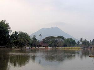 Deing Plateau - Aussicht vom See auf den Papandayan Vulkan.