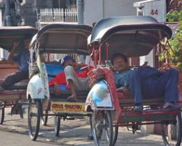 Becaks auf der Straße in Yogyakarta