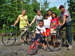Fahrradgruppe auf dem Weg zum Borobudur.