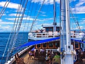Zusammensitzen der Passagiere an Deck des Segelschiffes.
