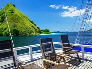 Sonnenstühle an Deck des Segelschiffes.