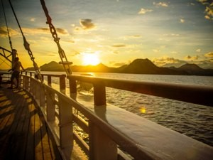 Sonnenuntergang bei der Abfahrt in Satonda.