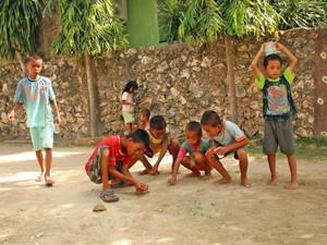 Spielende Kinder am Wegesrand auf Ihrer Fahrt nach Bira.