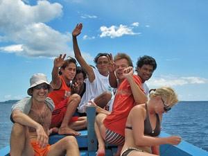 Teilnehmer des Schnorchelausflugs auf dem Boot.