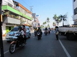 Rollerfahrer auf den Straßen von Makassar.