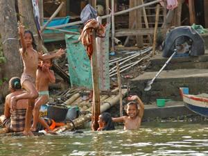 Einheimische Kinder im Fluss.