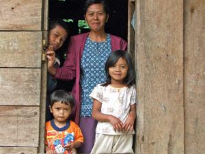 Indonesische Mutter mit ihren Kindern.