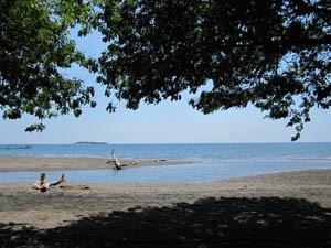 Dunkler Strand auf dem Weg nach Rantepao