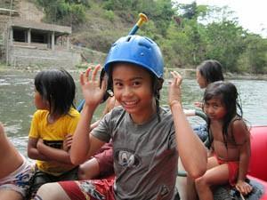 Einheimische Kinder beim Rafting.