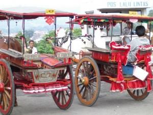 Bunte Kutschen in Bukittinggi